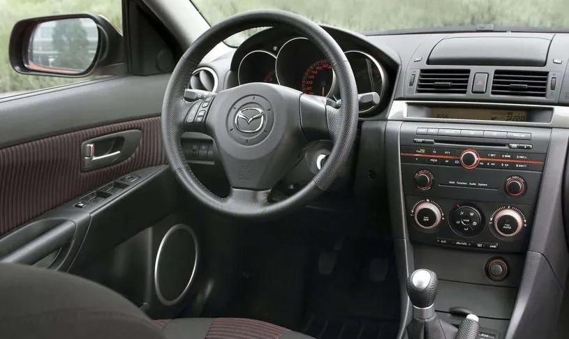Quá trình thủy phân trên những logo của Mazda3 bị lỗi khiến chúng nhanh bị lão hóa