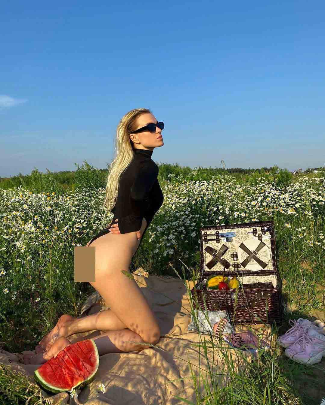 Người đẹp Nga hấp dẫn cả vạn người yêu thích khi chỉ mặc bikini cưỡi ngựa, rửa xe,... - 7
