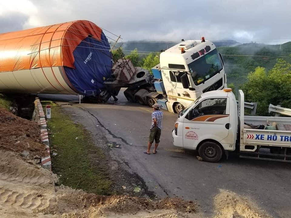 Xe chở thiết bị điện gió lật nghiêng ở Đắk Lắk