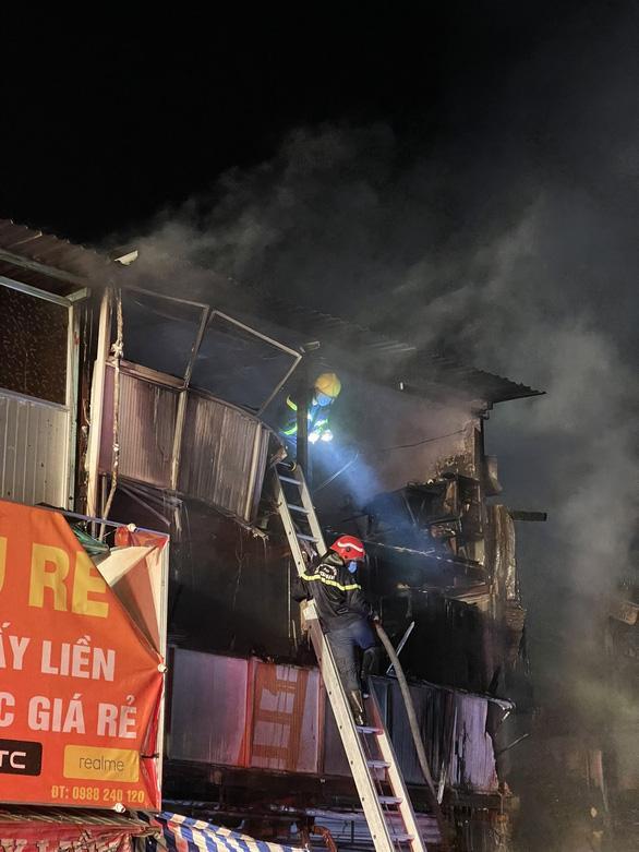 TP HCM: Hỏa hoạn kèm tiếng nổ lớn thiêu rụi 2 căn nhà, 3 căn khác cháy xém-2