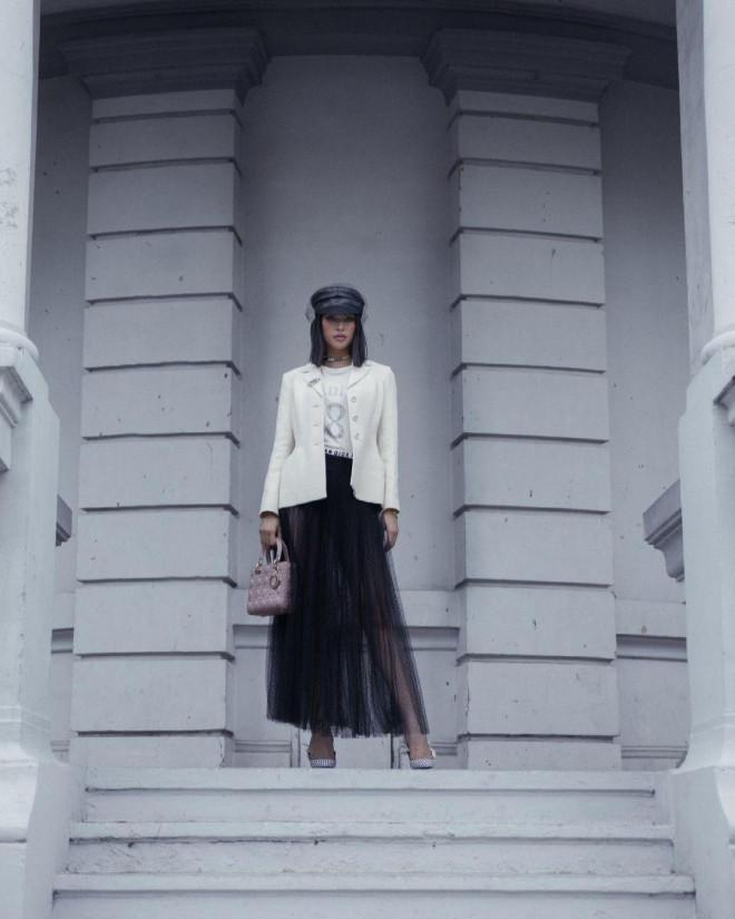 Hoa hậu Tiểu Vy mặc chiếc áo jacket huyền thoại của Dior, khoe thần thái chuẩn quốc tế - 4