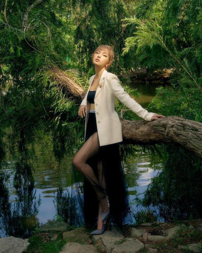 Hoa hậu Tiểu Vy mặc chiếc áo jacket huyền thoại của Dior, khoe thần thái chuẩn quốc tế - 6