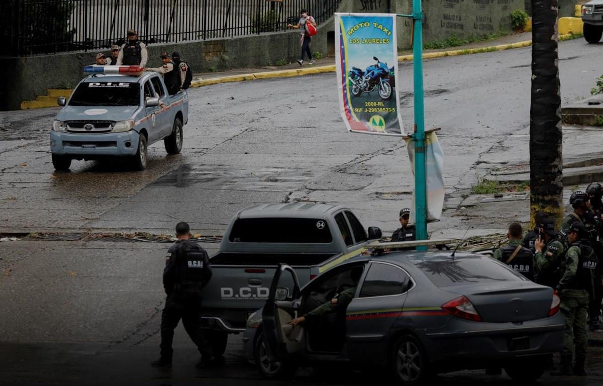 Lực lượng đặc nhiệm Venezuela tuần tra trên các đường phố của khu phố COTA 905 sau cuộc đối đầu vũ trang với các thành viên của băng nhóm tội phạm Koki ở Caracas ngày 9/7. (Nguồn: Ruters)