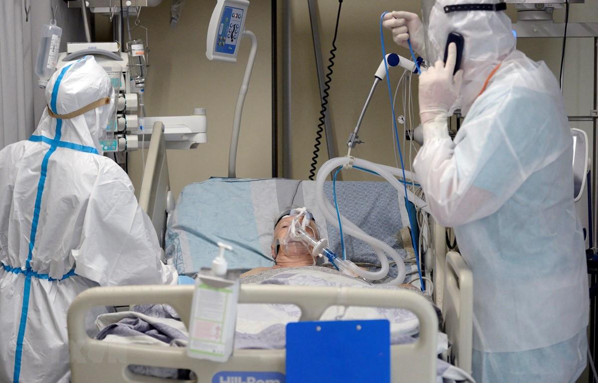 Nhân viên y tế điều trị cho bệnh nhân COVID-19 tại bệnh viện ở Saint Petersburg, Nga ngày 7/7/2021. (Ảnh: AFP/TTXVN)