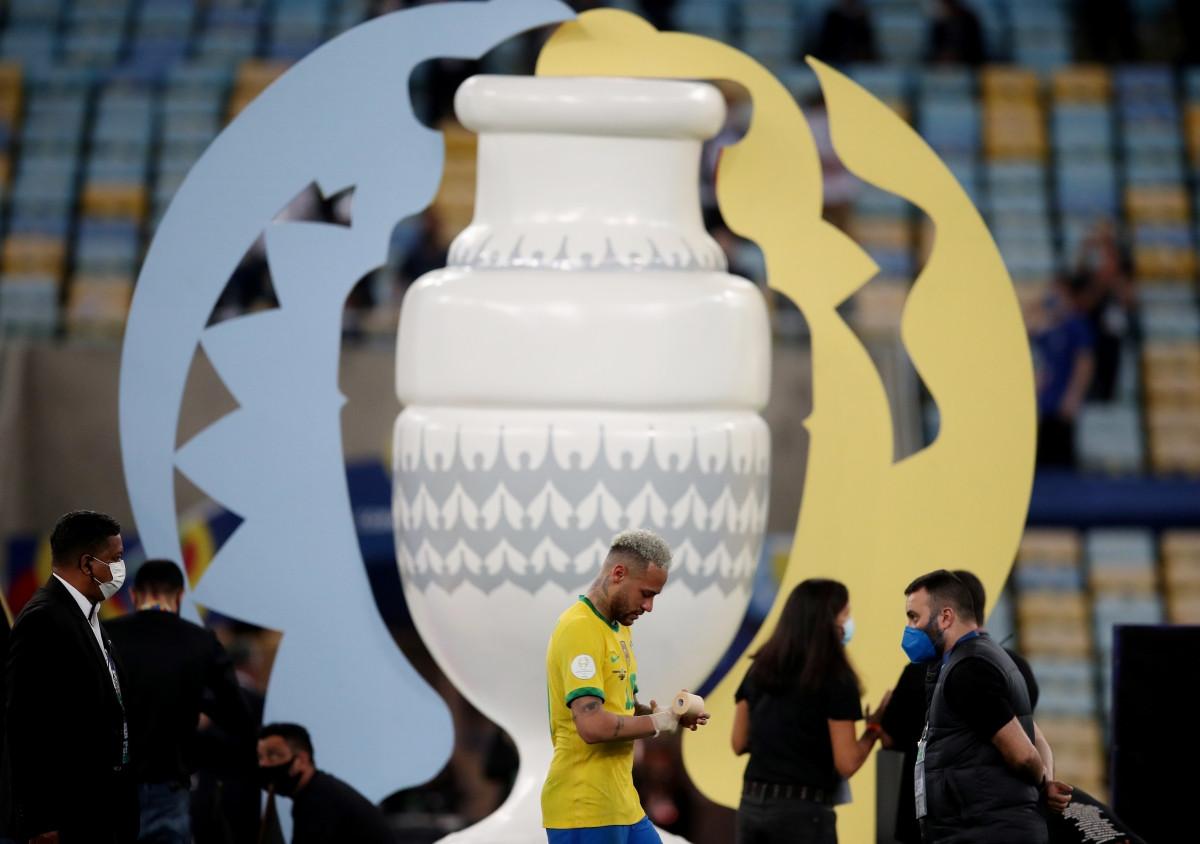 Neymar tháo HCB ngay sau khi được nhận.