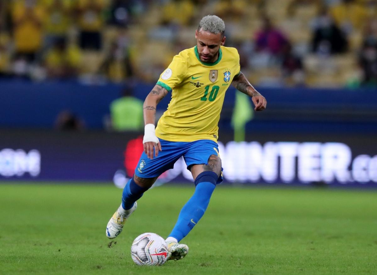 Neymar đang thi đấu với chiếc quần rách. (Ảnh: Reuters).