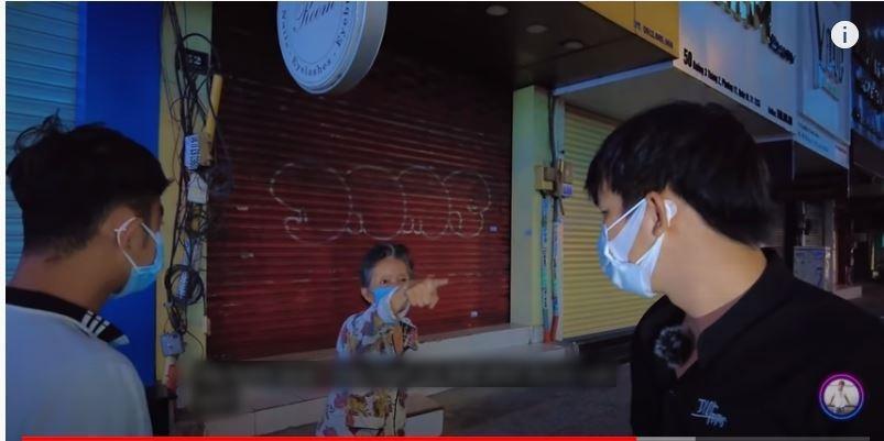 Clip: Nhóm Youtuber bị cụ bà chửi mất mặt vì làm từ thiện kén người-1