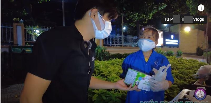 Clip: Nhóm Youtuber bị cụ bà chửi mất mặt vì làm từ thiện kén người-2