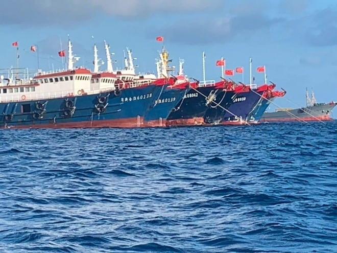 Hạm đôi tàu cá Trung Quốc neo đậu tại rạn đá Ba Đầu thuộc cụm Sinh Tồn thuộc quần đảo Trường Sa của Việt Nam ở Biển Đông. Ảnh: Reuters.