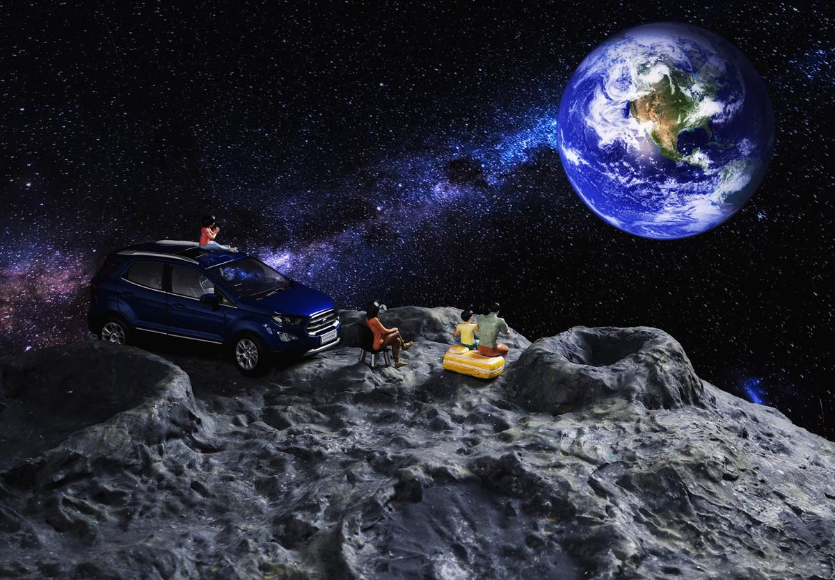 Chiếc EcoSport mô hình được đặt trong trong không gian vũ trụ