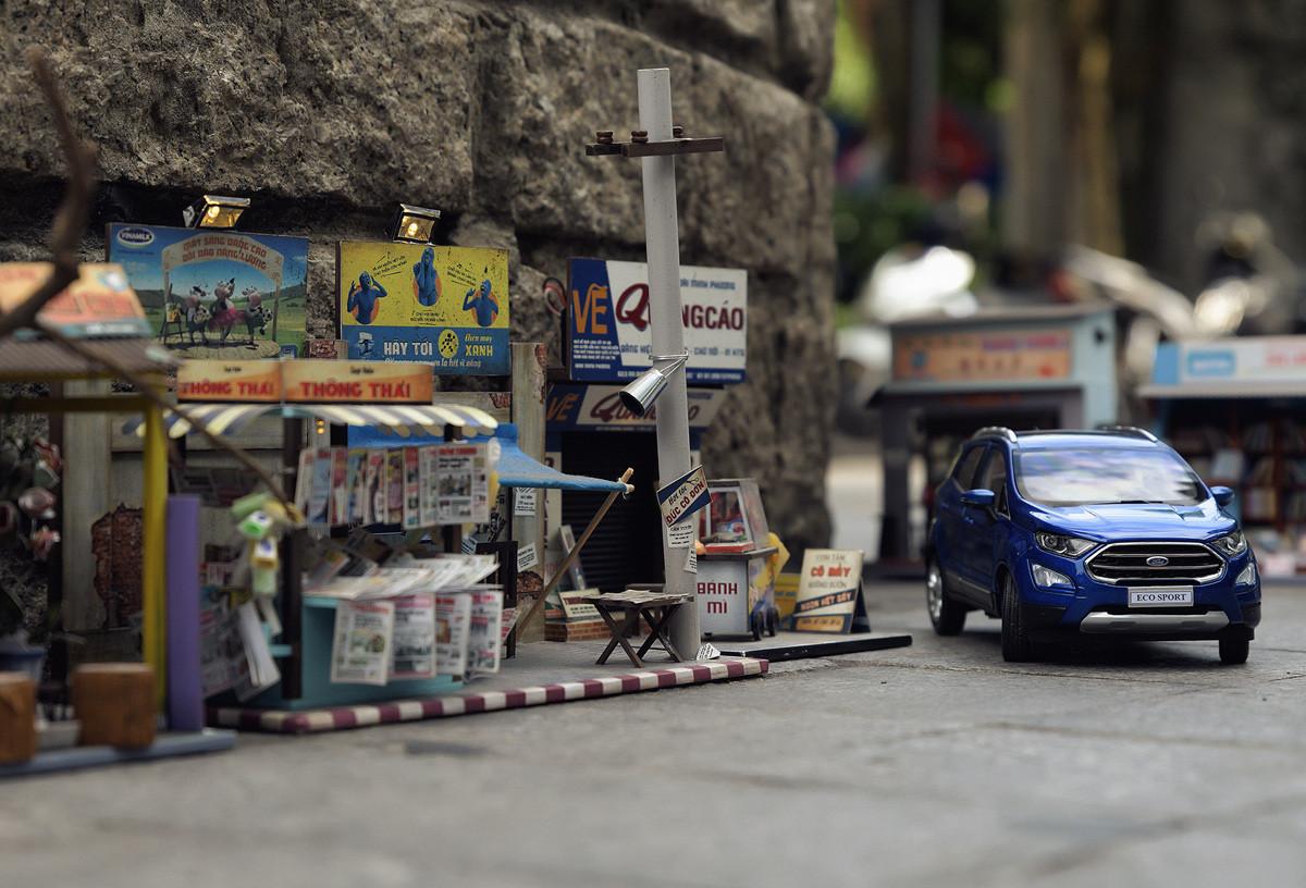 Đường phố vắng hẳn tiếng động cơ xe nổ giòn,hoà cùng những âm thanh sôi nổi của hàng quán đông vui