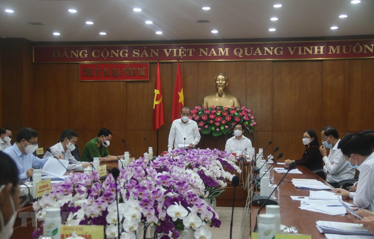 Phó Thủ tướng Thường trực Chính phủ Trương Hòa Bình làm việc với Tỉnh ủy Bà Rịa-Vũng Tàu về công tác phòng, chống dịch. (Ảnh: Hoàng Nhị/TTXVN)