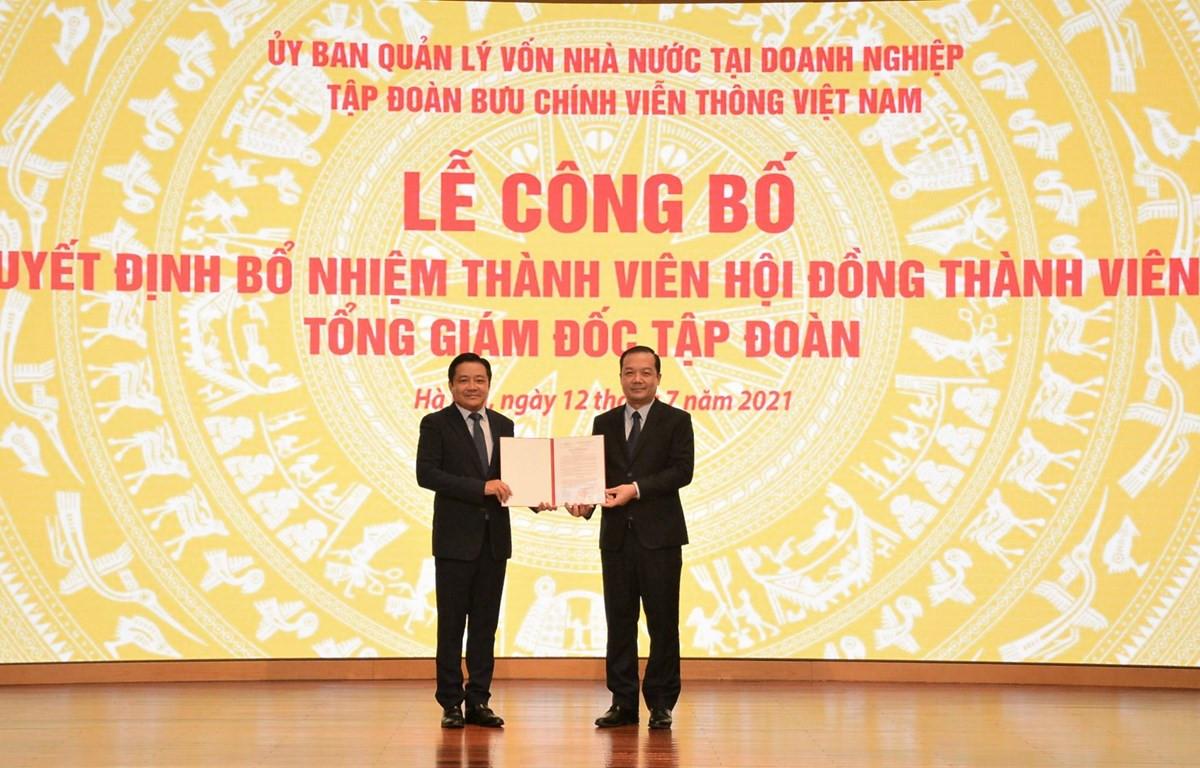 Chủ tịch Hội đồng thành viên Tập đoàn VNPT Phạm Đức Long (phải) trao quyết định bổ nhiệm ông Huỳnh Quang Liêm giữ chức vụ Tổng giám đốc VNPT. (Ảnh: T.Q/Vietnam+)