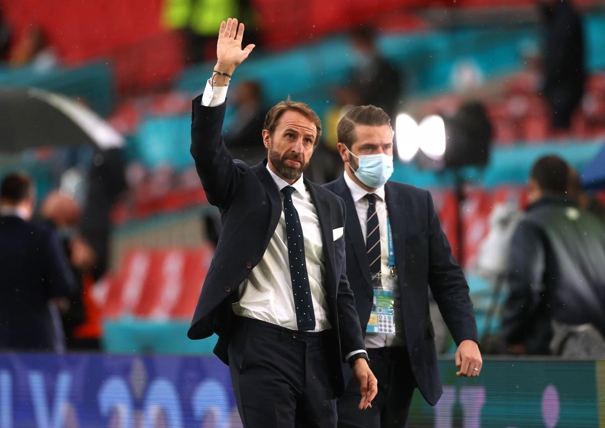 HLV Gareth Southgate vẫy chào các CĐV trên khán đài sân Wembley. (Ảnh: Reuters).