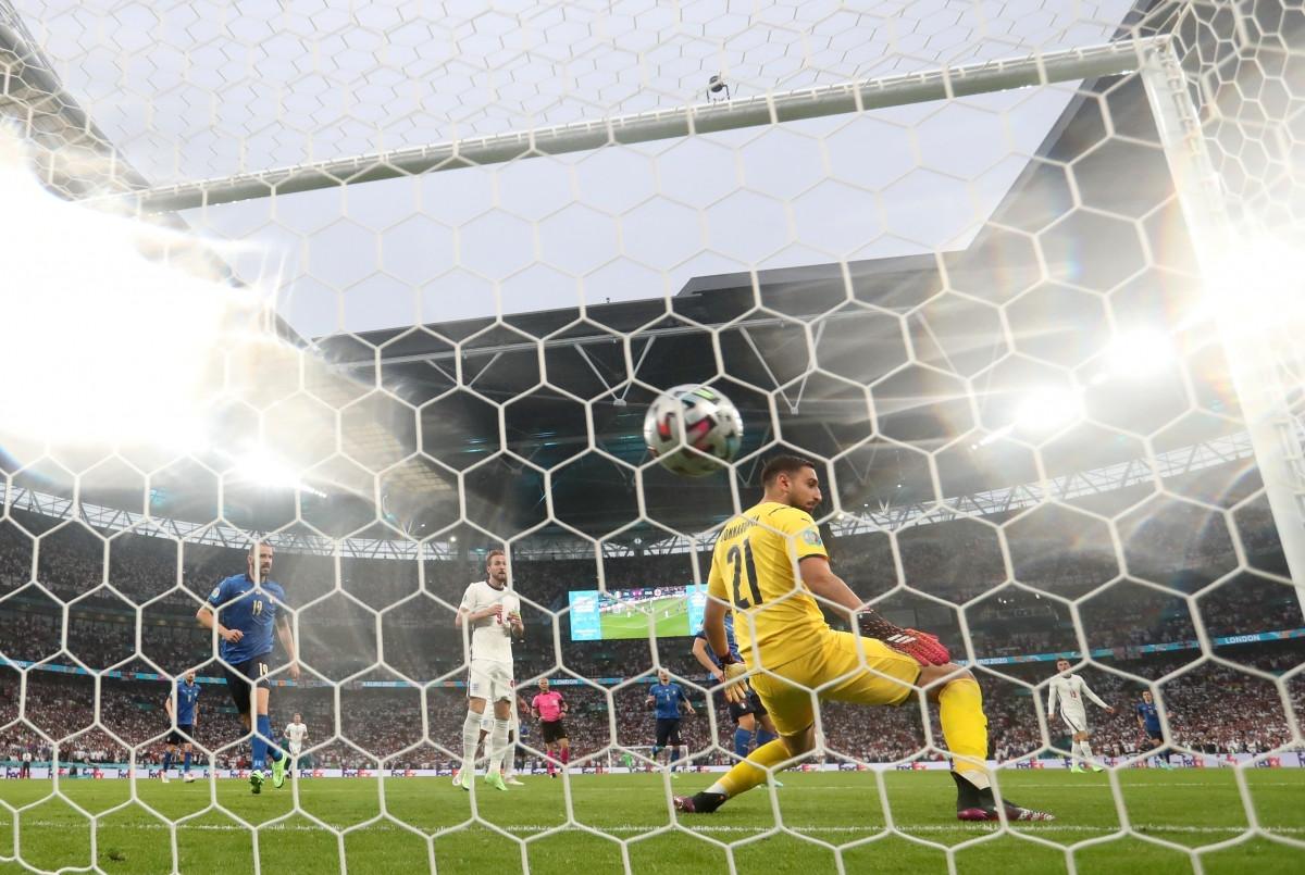 Donnarumma đã phải vào lưới nhặt bóng sau 3 phút bóng lăn. (Ảnh: Reuters).
