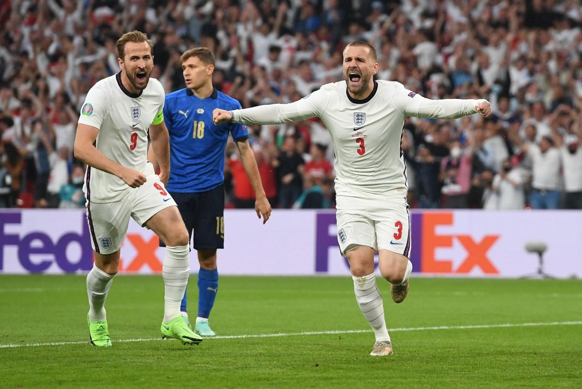 Niềm vui của Luke Shaw... (Ảnh: Reuters).