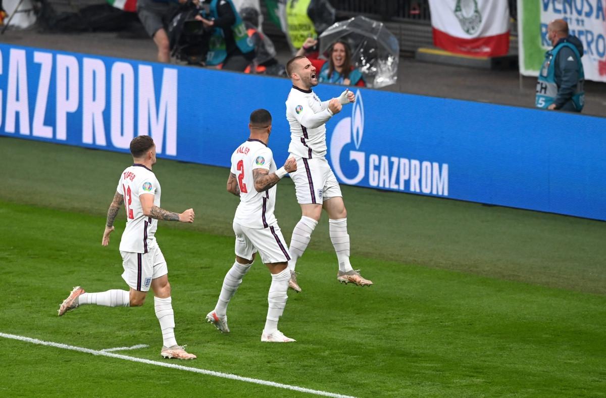 ... cùng các cầu thủ Anh sau bàn mở tỷ số. (Ảnh: Reuters).