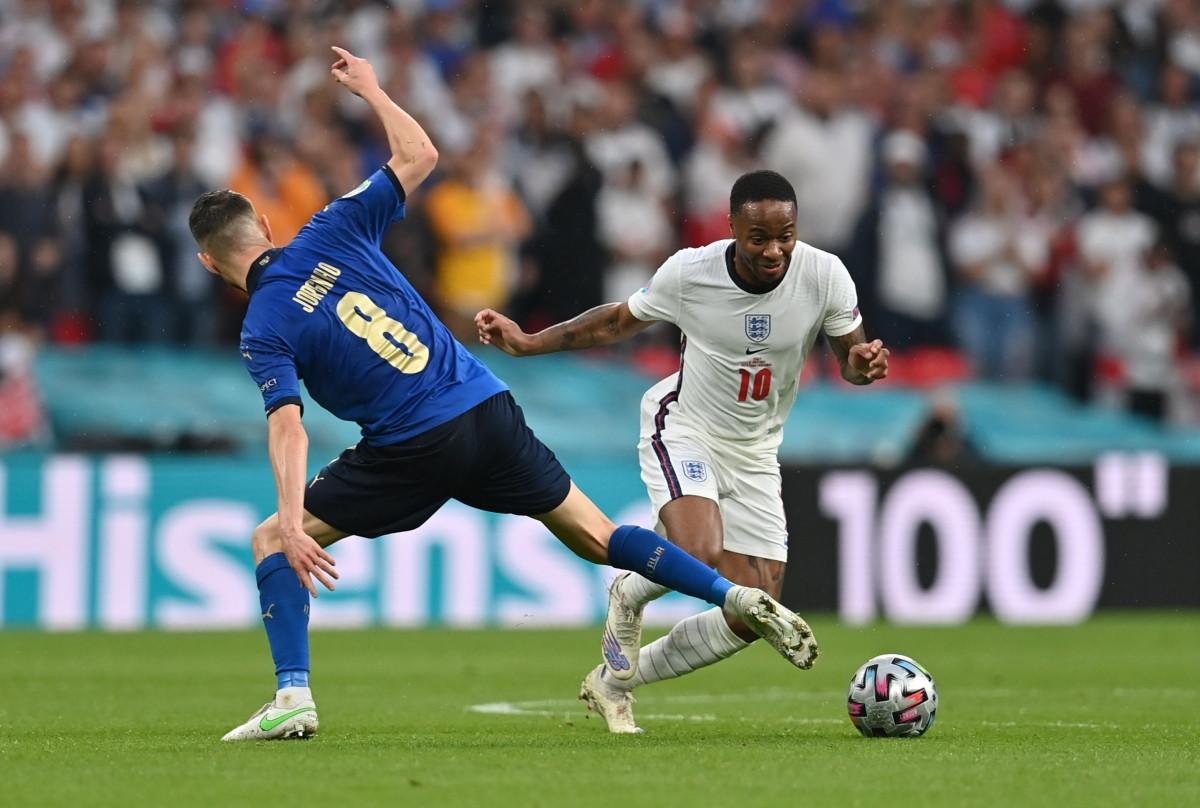 Sterling đã có 2 pha ngã trong vòng cấm Italia nhưng trọng tài không cho ĐT Anh được hưởng penalty. (Ảnh: Reuters).