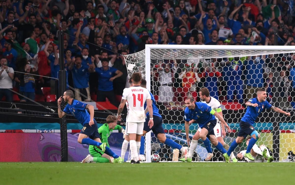 Và niềm vui của các cầu thủ Italia sau bàn thắng quân bình tỷ số 1-1. (Ảnh: Reuters).