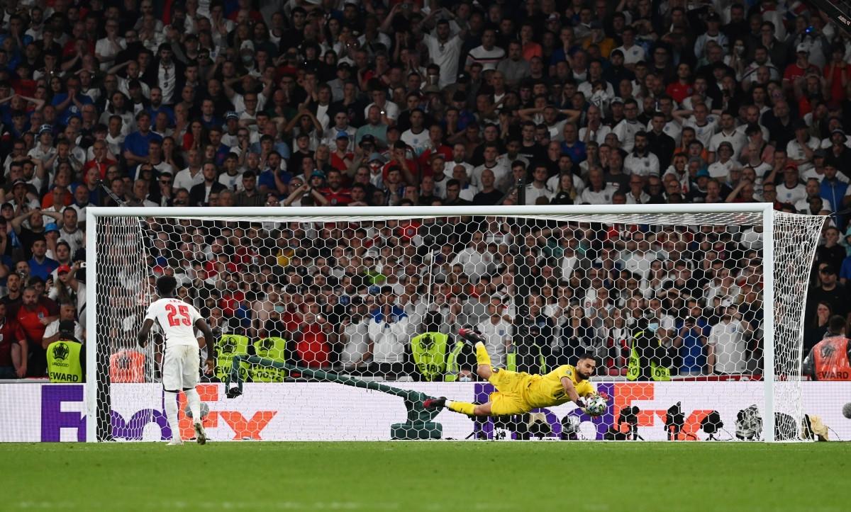 Saka đá hỏng quả 11m quyết định khiến Anh thua Italia. (Ảnh: Reuters)