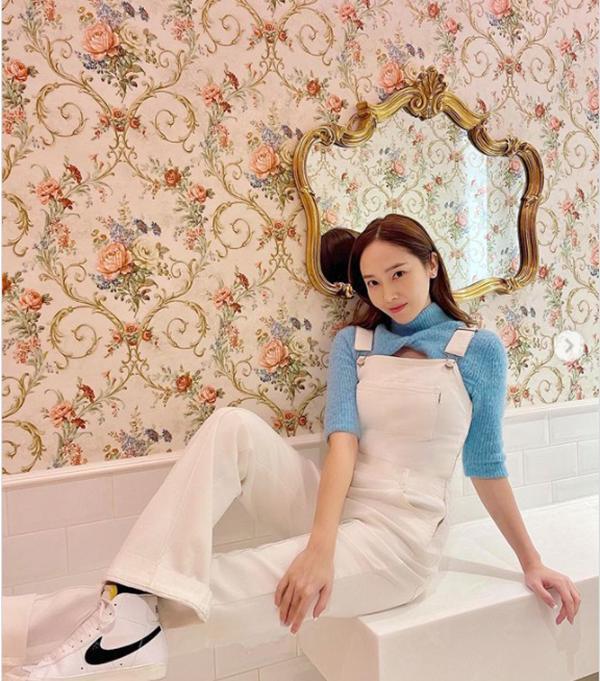 Mix đồ với váy yếm: Jennie BLACKPINK gợi cảm, IU hóa tiểu thư-2