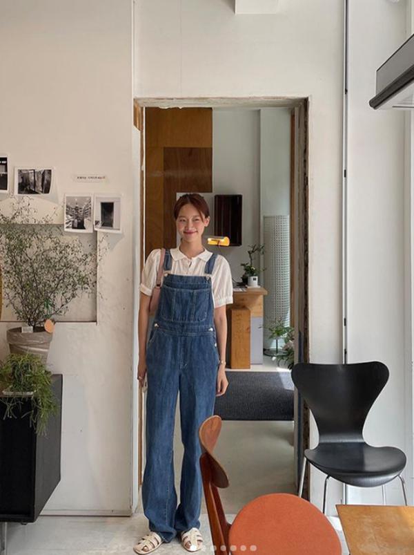 Mix đồ với váy yếm: Jennie BLACKPINK gợi cảm, IU hóa tiểu thư-9