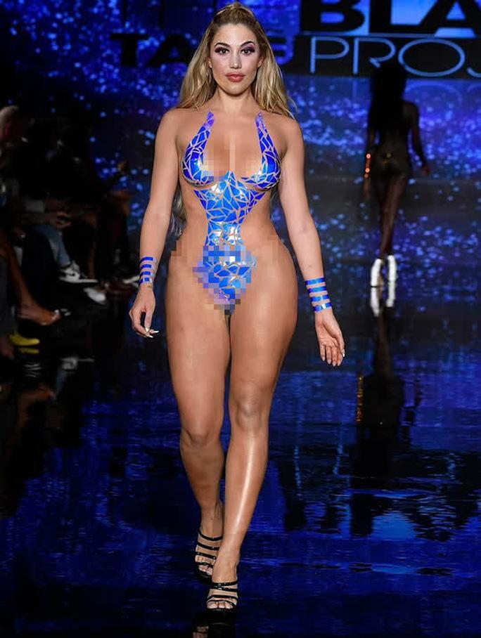 Buổi trình diễn bikini băng dính hở 80% cơ thể gây phản cảm-4