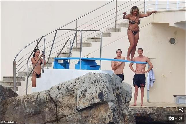 Bella Hadid diện bikini sexy hết nấc, tình bể bình bên bạn trai mới-7