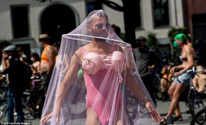 Phụ nữ Tây Âu bán nude ngoài đường, đòi quyền lợi mặc
