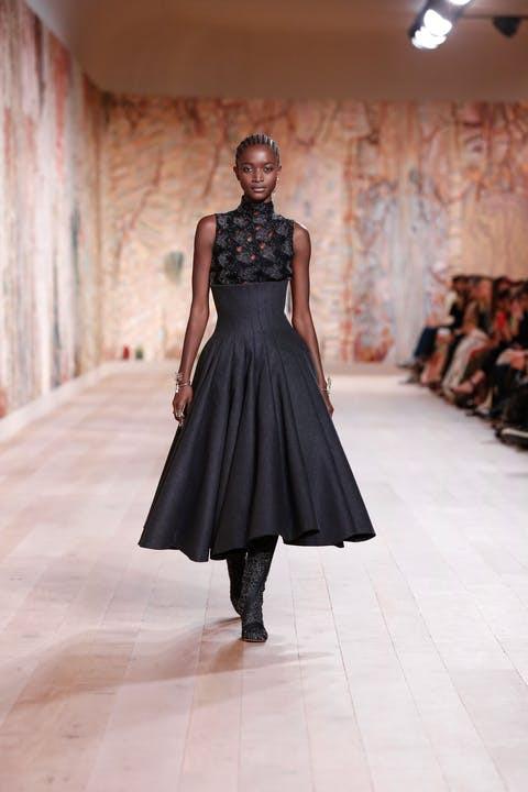 Sự trở lại của Haute Couture lộng lẫy trên sàn catwalk thời trang thế giới 2021 - 1