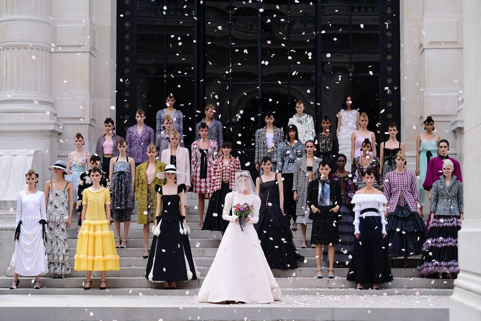 Sự trở lại của Haute Couture lộng lẫy trên sàn catwalk thời trang thế giới 2021 - 7
