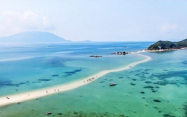 Đảo Điệp Sơn: Điểm sống ảo cực chất với con đường xuyên biển vạn người mê - 1