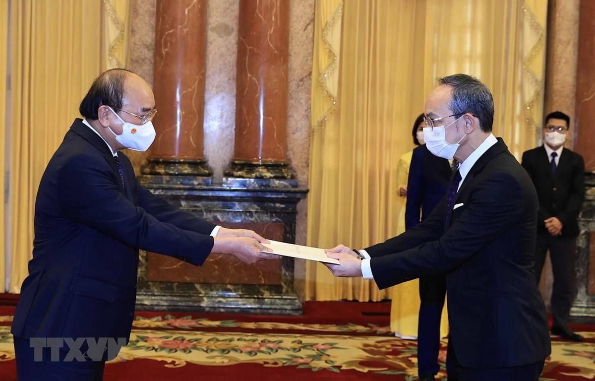 Chủ tịch nước Nguyễn Xuân Phúc nhận của Quốc thư Đại sứ Đặc mệnh toàn quyền Vương quốc Thái Lan tại Việt Nam Nikorndej Blankura. (Ảnh: Thống Nhất/TTXVN)