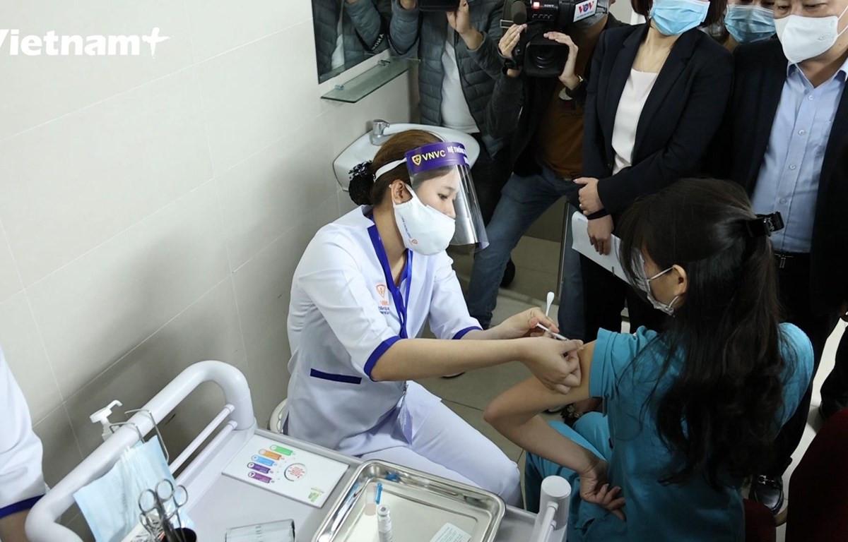 Người dân tham gia tiêm phòng COVID-19 (Ảnh: Hoàng Đạt/Vietnam+)
