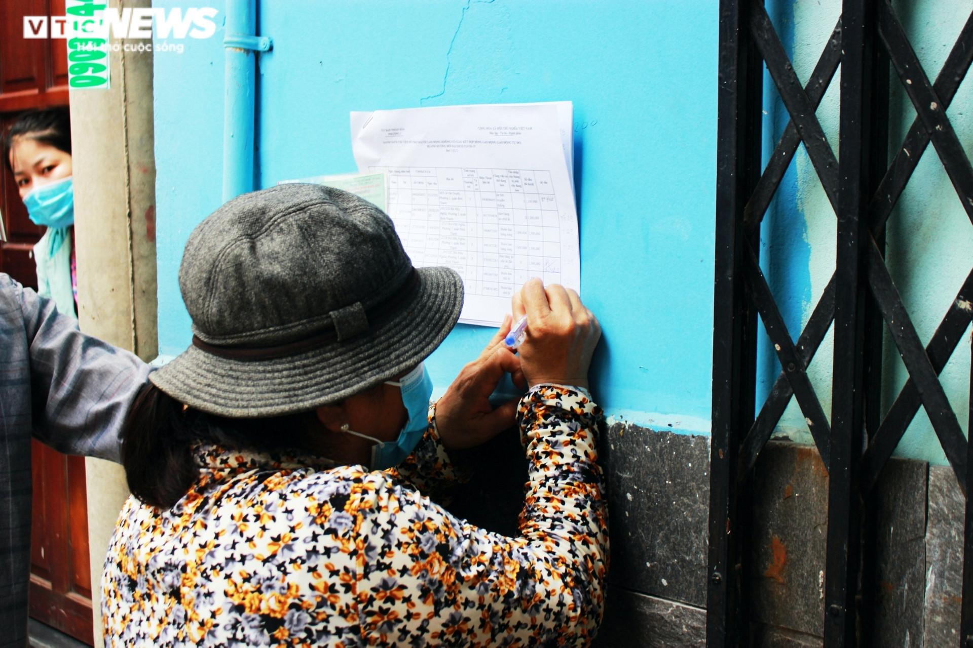 Ảnh: Người dân xúc động ký nhận tiền hỗ trợ từ gói 886 tỷ đồng của TP.HCM - 4