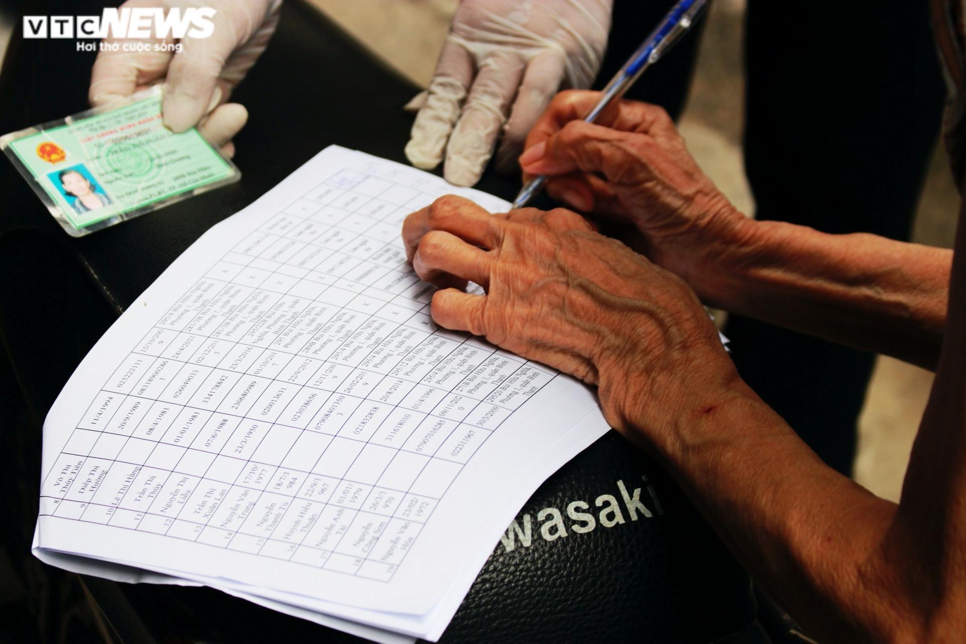 Ảnh: Người dân xúc động ký nhận tiền hỗ trợ từ gói 886 tỷ đồng của TP.HCM - 6
