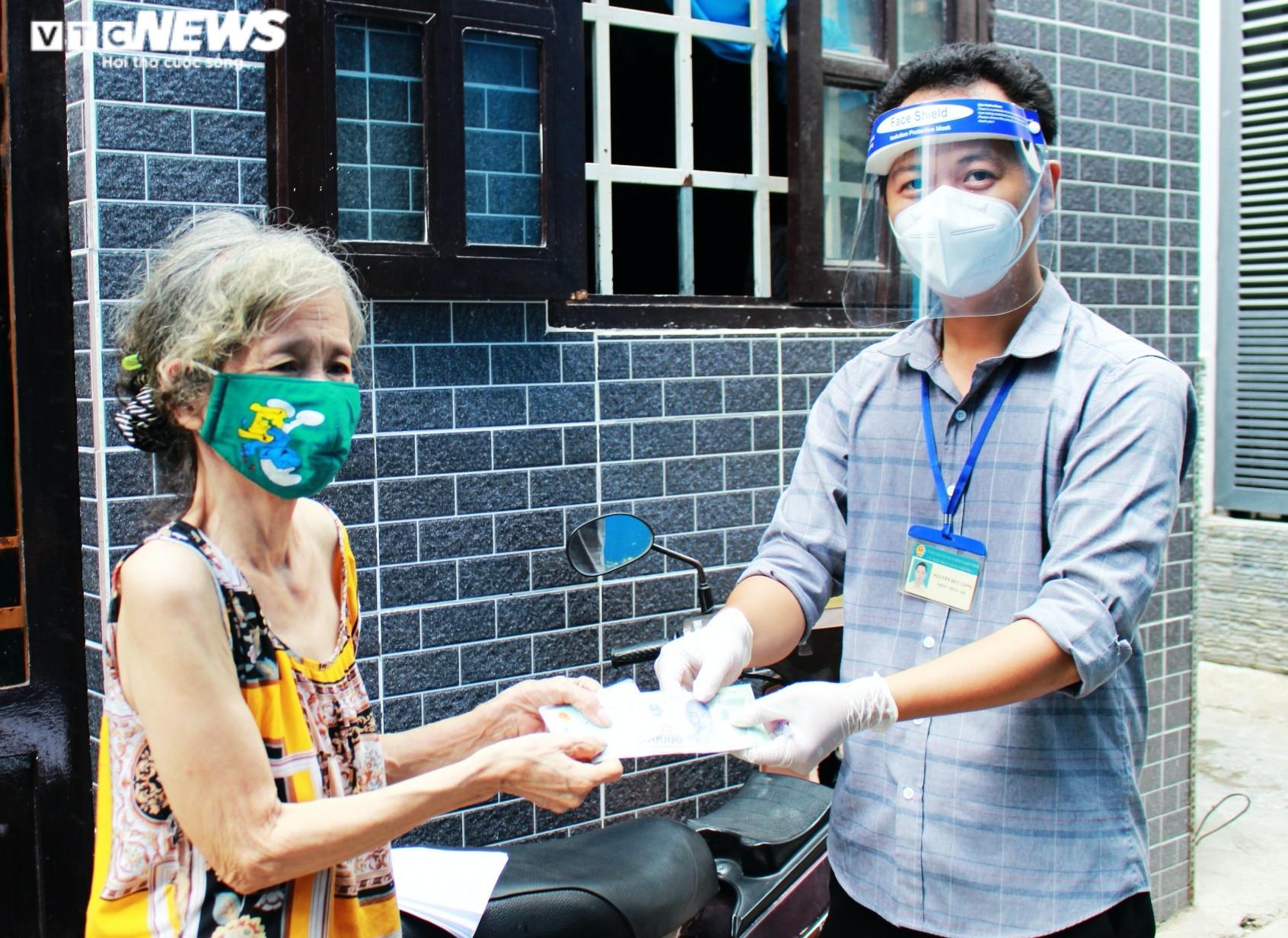Ảnh: Người dân xúc động ký nhận tiền hỗ trợ từ gói 886 tỷ đồng của TP.HCM - 1