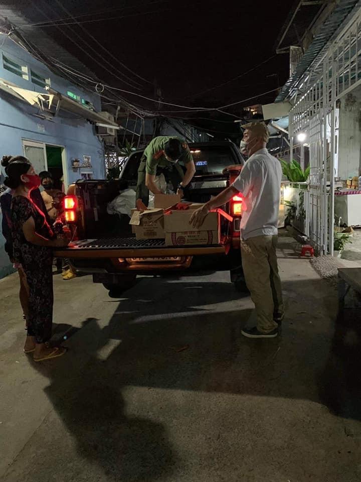 Ca sĩ Thủy Tiên tới tận khu cách ly cứu trợ Covid-19: 'Hãy comment địa chỉ, số điện thoại rõ ràng dùm Tiên!'.