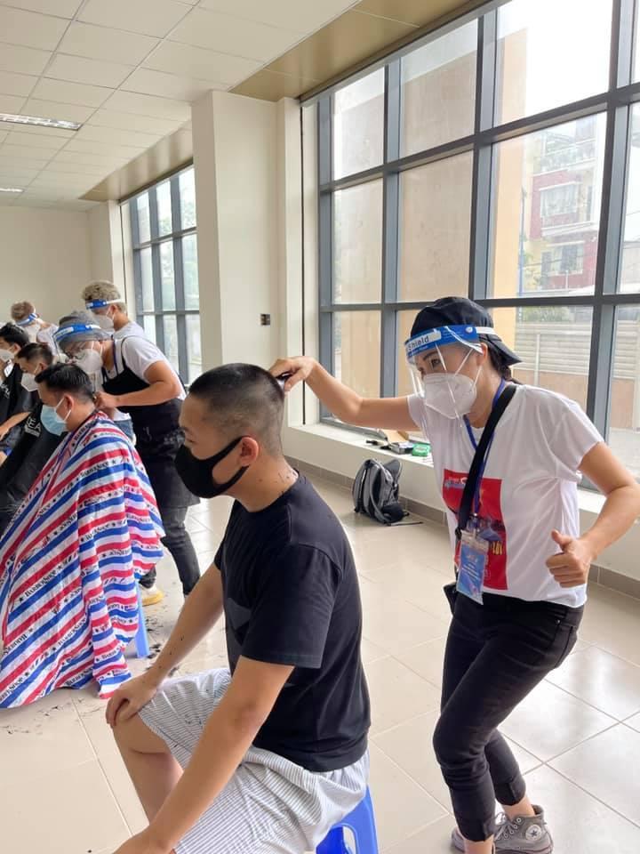 Phương Thanh cắt tóc cho các y bác sĩ, dân quân mùa dịch-1