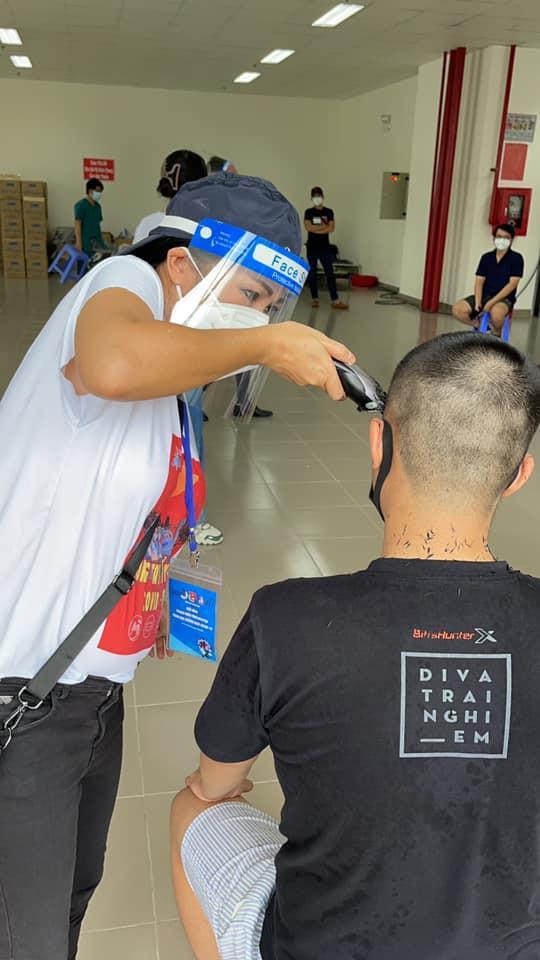 Phương Thanh cắt tóc cho các y bác sĩ, dân quân mùa dịch-2