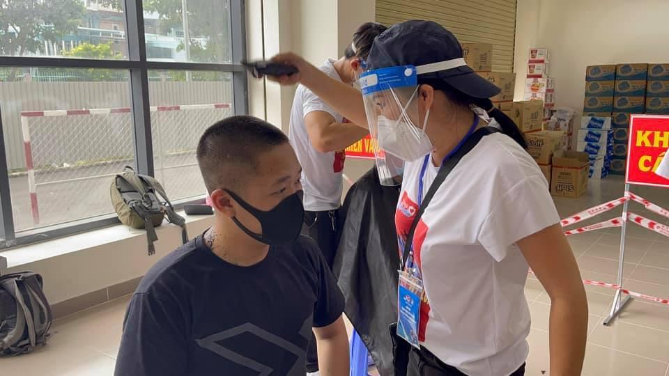 Phương Thanh cắt tóc cho các y bác sĩ, dân quân mùa dịch-3