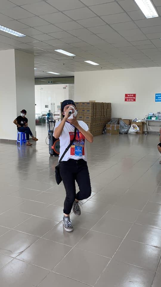 Phương Thanh cắt tóc cho các y bác sĩ, dân quân mùa dịch-4