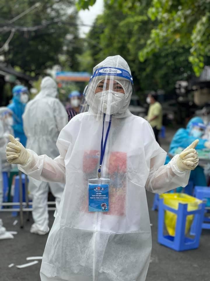 Phương Thanh cắt tóc cho các y bác sĩ, dân quân mùa dịch-5
