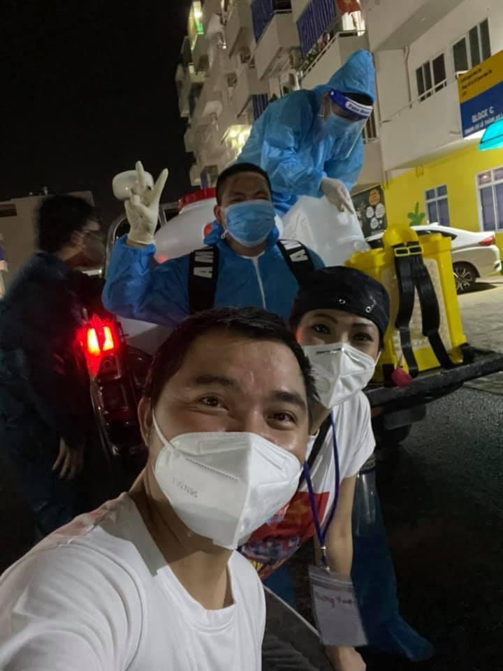 Phương Thanh cắt tóc cho các y bác sĩ, dân quân mùa dịch-9
