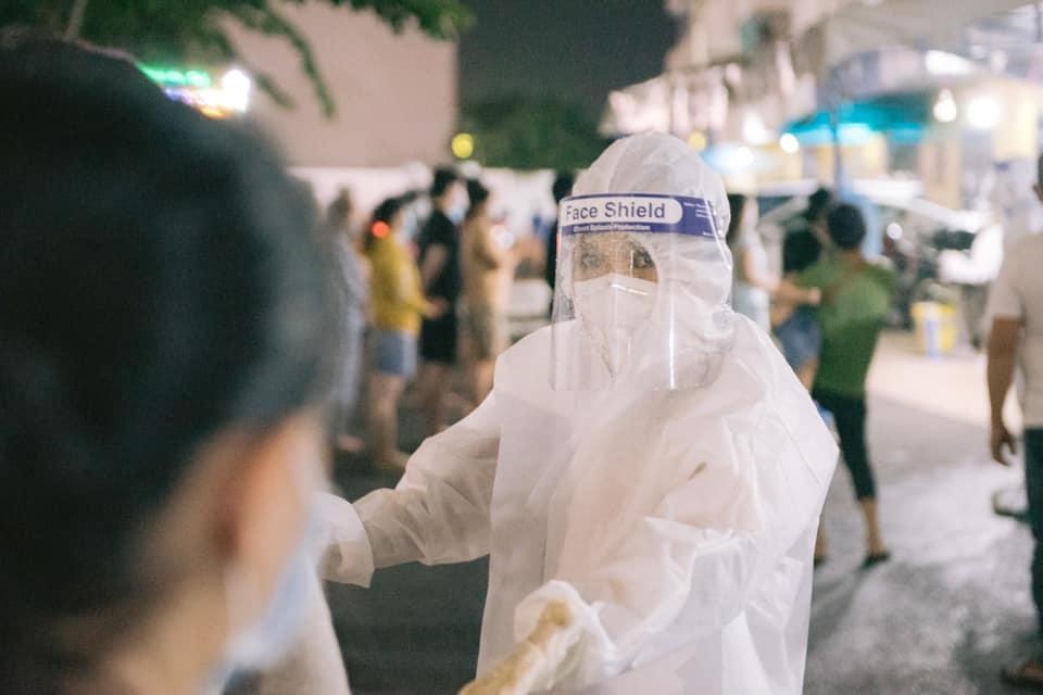 Phương Thanh cắt tóc cho các y bác sĩ, dân quân mùa dịch-6