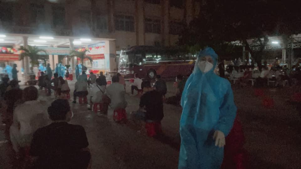 Phương Thanh cắt tóc cho các y bác sĩ, dân quân mùa dịch-13