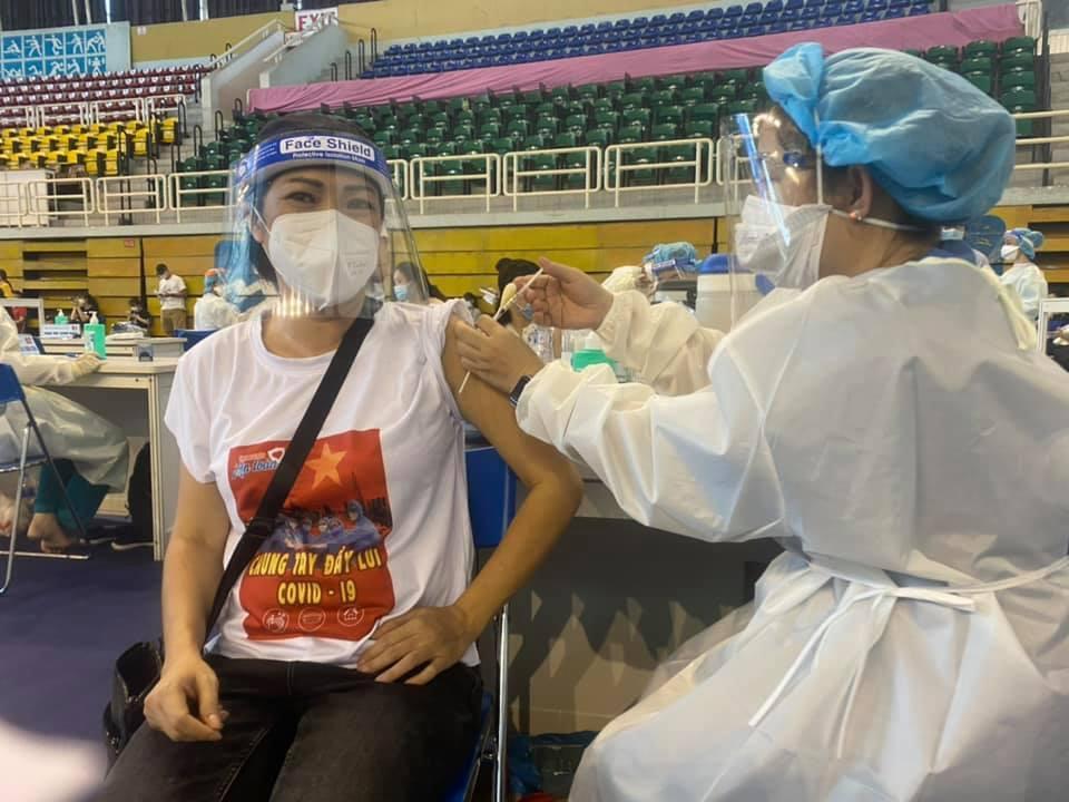 Phương Thanh cắt tóc cho các y bác sĩ, dân quân mùa dịch-14