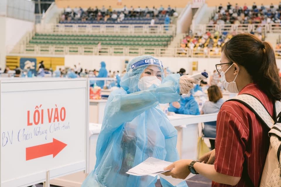 Phương Thanh cắt tóc cho các y bác sĩ, dân quân mùa dịch-15