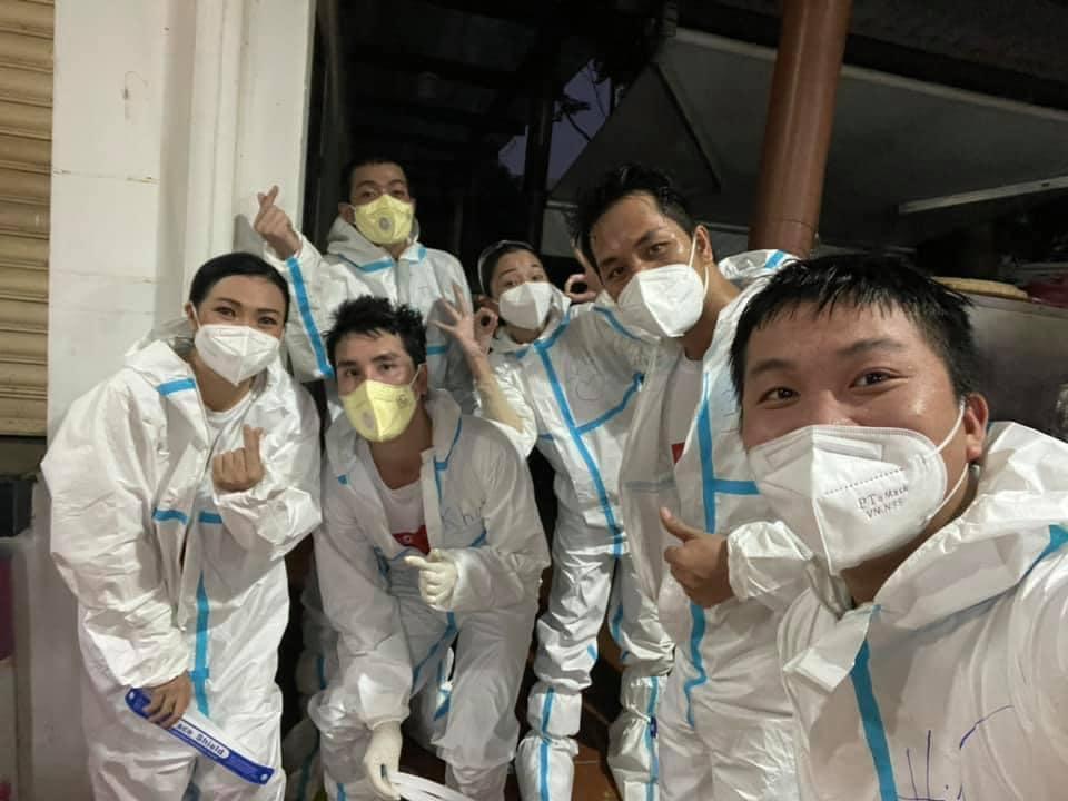 Phương Thanh cắt tóc cho các y bác sĩ, dân quân mùa dịch-17