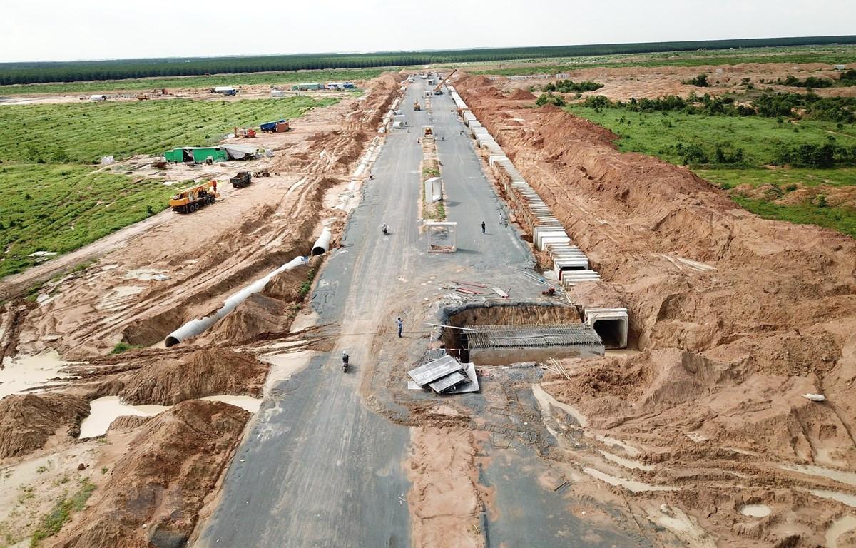 Tuyến đường chính trong Khu tái định cư Lộc An - Bình Sơn đang được hoàn thiện. (Ảnh: Công Phong/TTXVN)
